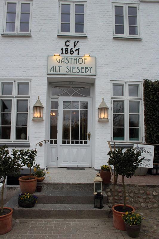 Der Eingang vom neuen Gasthof Alt Sieseby