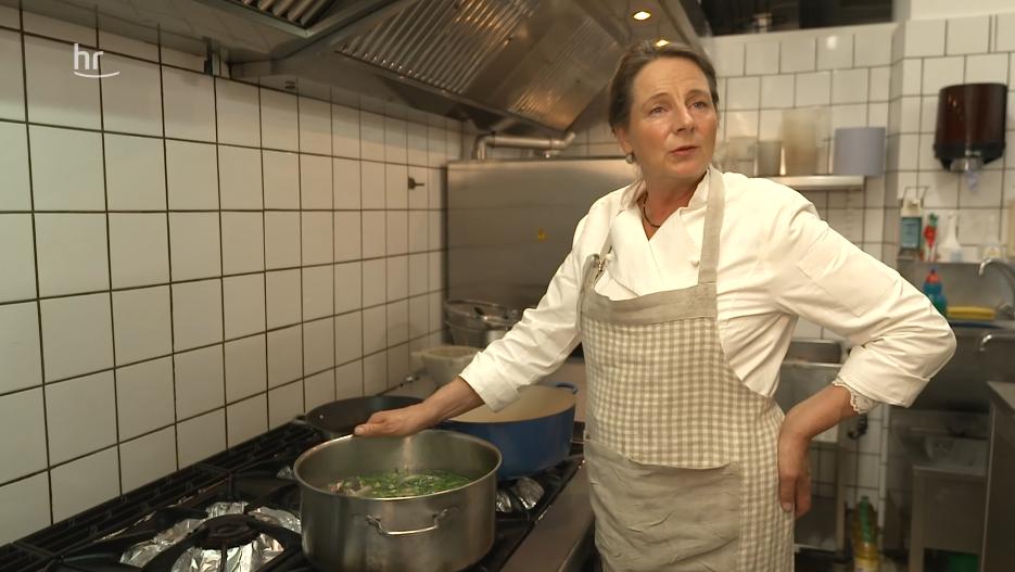 Maria von Randow in der Küche im Gasthof Alt Sieseby